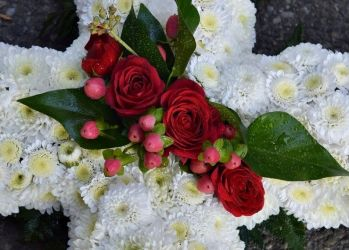 cruce funerara cu crizanteme si miniroze